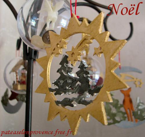 Décorations pour NOEL : boules de noël, pochoirs et décors